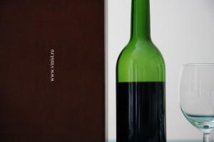 Dans une bouteille verte du vin noir...